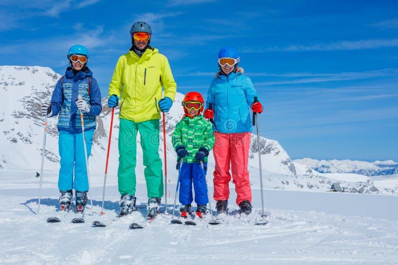 Οικογένεια που απολαμβάνει τις χειμερινές διακοπές στοκ φωτογραφία με δικαίωμα ελεύθερης χρήσης