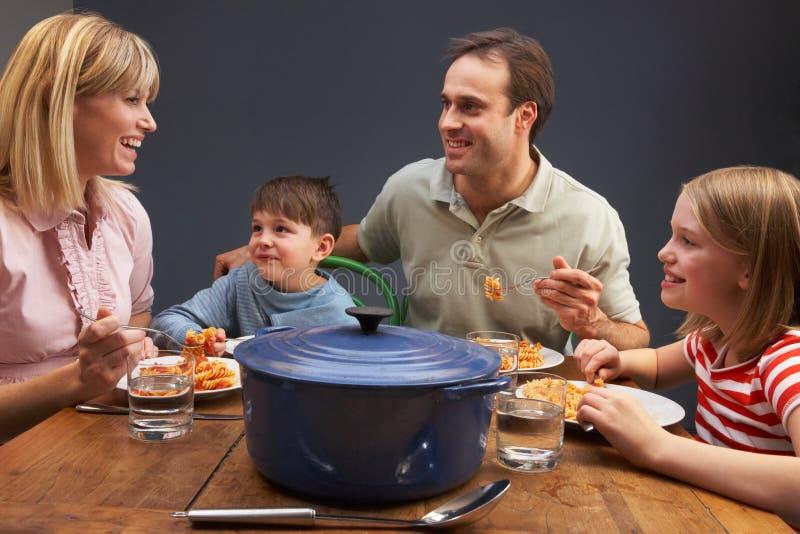 Οικογένεια που απολαμβάνει το γεύμα μαζί στο σπίτι στοκ εικόνα με δικαίωμα ελεύθερης χρήσης