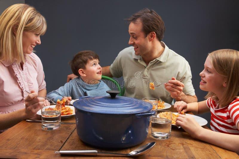 Οικογένεια που απολαμβάνει το γεύμα μαζί στο σπίτι στοκ εικόνες