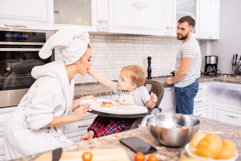 Οικογένεια που απολαμβάνει το πρωί στην κουζίνα στοκ φωτογραφίες με δικαίωμα ελεύθερης χρήσης