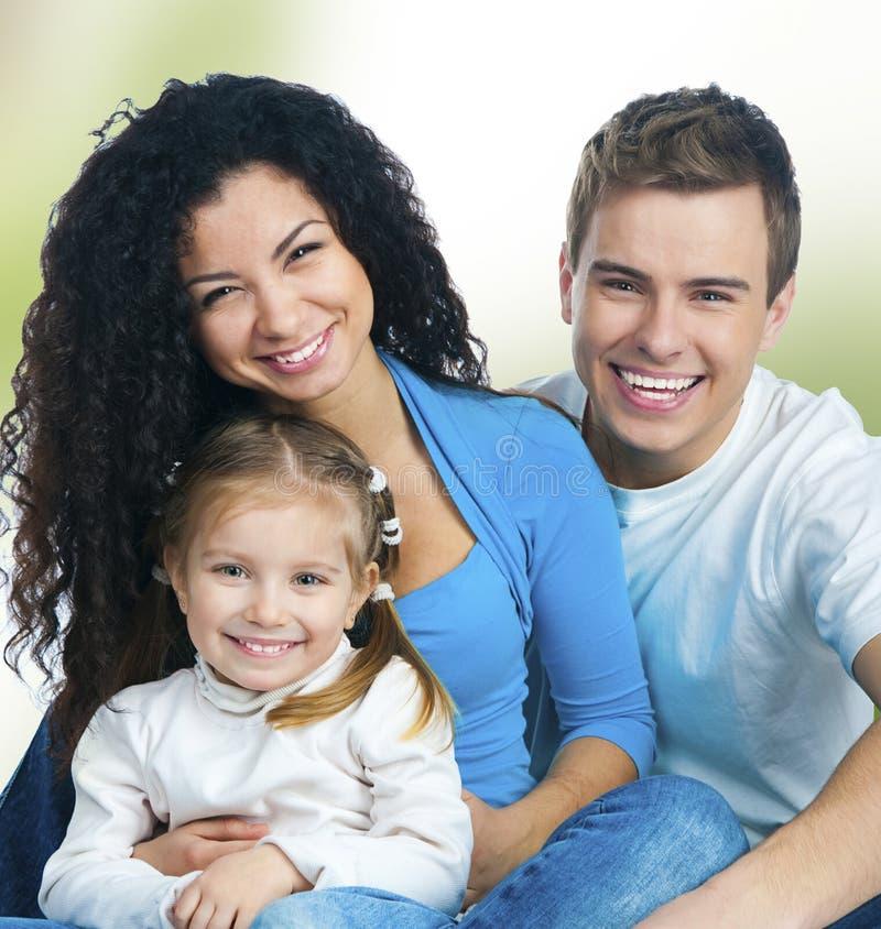 Οικογένεια που απομονώνεται ευτυχής στοκ εικόνες με δικαίωμα ελεύθερης χρήσης