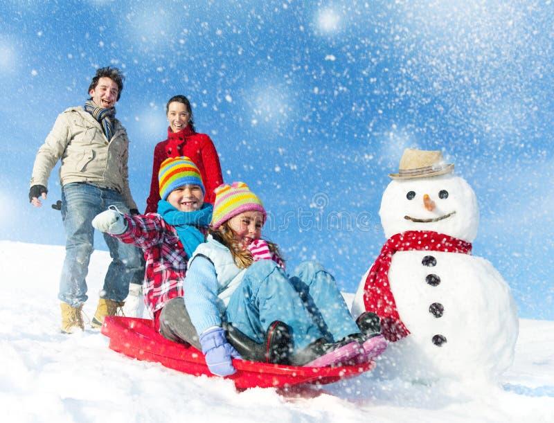 Οικογένεια που απολαμβάνει τη χειμερινή ημέρα στοκ φωτογραφίες