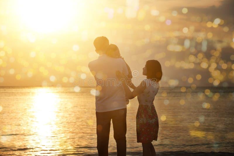 Οικογένεια που απολαμβάνει τις διακοπές διακοπών στην παραλία στο ηλιοβασίλεμα στοκ φωτογραφίες με δικαίωμα ελεύθερης χρήσης