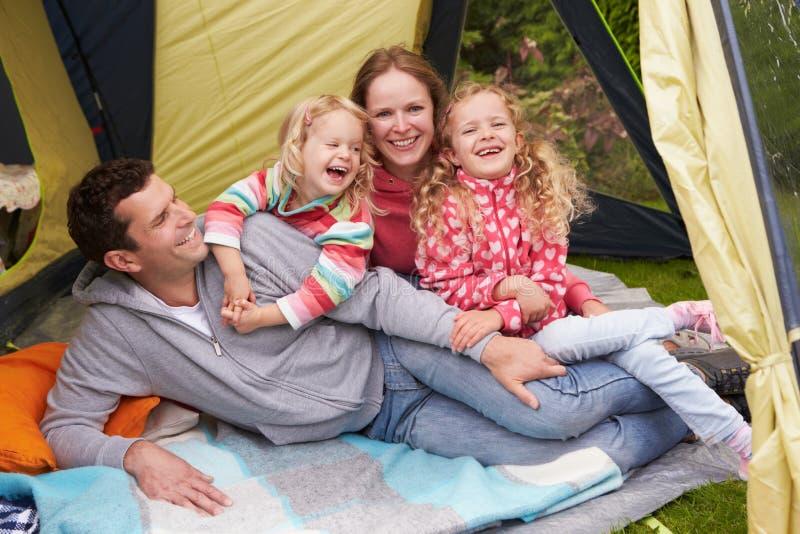 Οικογένεια που απολαμβάνει τις διακοπές στρατοπέδευσης στη θέση για κατασκήνωση στοκ φωτογραφία με δικαίωμα ελεύθερης χρήσης