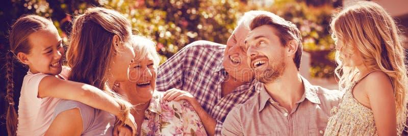 Οικογένεια που γελά στην πίσω αυλή διανυσματική απεικόνιση