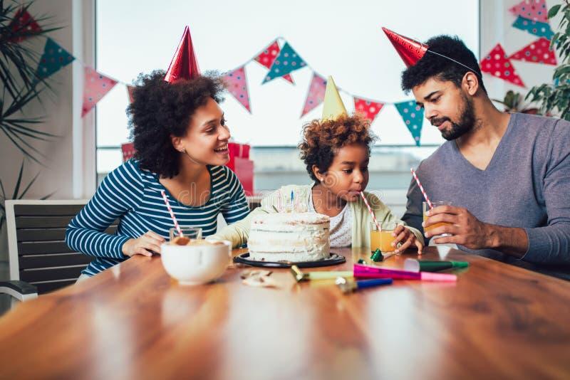 Οικογένεια που γιορτάζει γενέθλια μαζί στο σπίτι στοκ φωτογραφίες