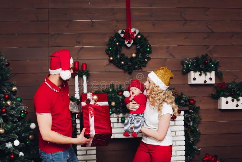 Οικογένεια που γιορτάζει μαζί και που απολαμβάνει τα χριστουγεννιάτικα δώρα στοκ φωτογραφία με δικαίωμα ελεύθερης χρήσης