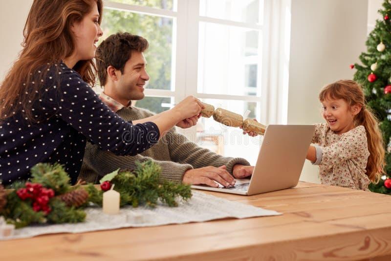 Οικογένεια που γιορτάζει στο σπίτι τα Χριστούγεννα στοκ φωτογραφία με δικαίωμα ελεύθερης χρήσης