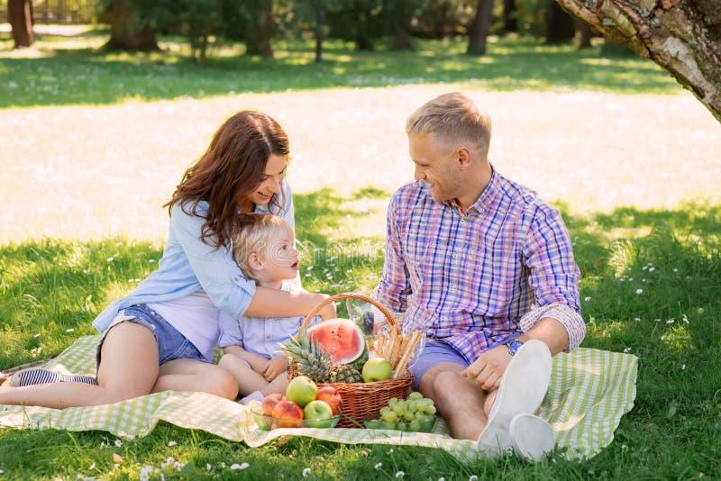 Οικογένεια που είναι μαζί στις διακοπές που έχουν ένα πικ-νίκ στοκ φωτογραφίες με δικαίωμα ελεύθερης χρήσης
