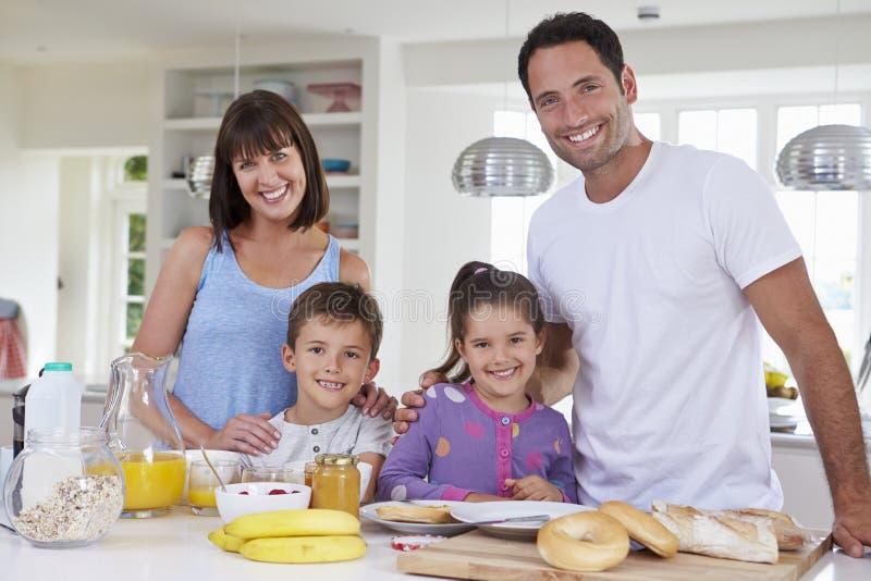Οικογένεια που κάνει το πρόγευμα στην κουζίνα από κοινού στοκ φωτογραφία