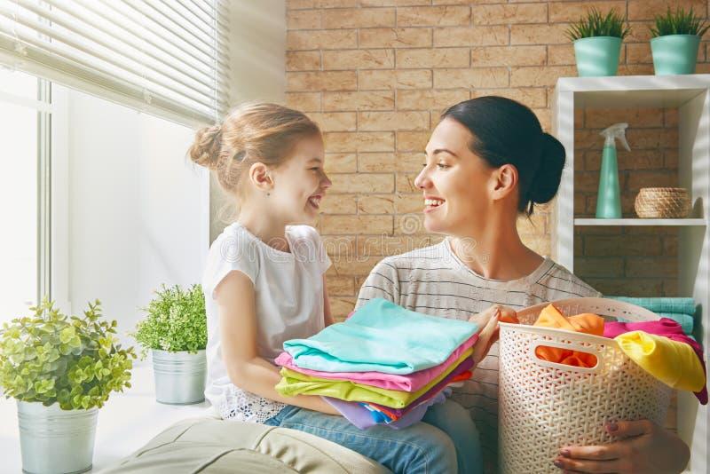 Οικογένεια που κάνει το πλυντήριο στο σπίτι στοκ εικόνες με δικαίωμα ελεύθερης χρήσης