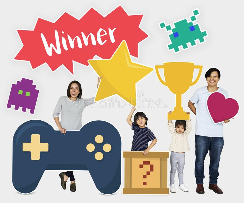 Οικογένεια που κερδίζει μια τηλεοπτική πρόκληση παιχνιδιών στοκ εικόνα με δικαίωμα ελεύθερης χρήσης