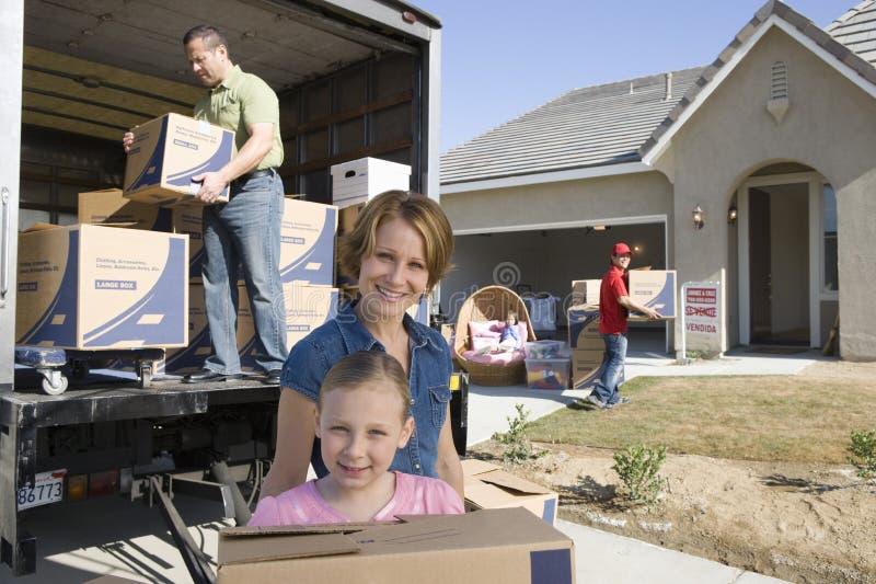 Οικογένεια που κινείται στο καινούργιο σπίτι στοκ φωτογραφίες