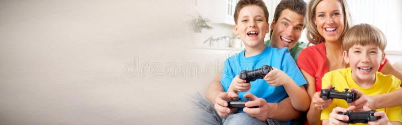Οικογένεια που παίζει το τηλεοπτικό παιχνίδι στοκ εικόνα με δικαίωμα ελεύθερης χρήσης
