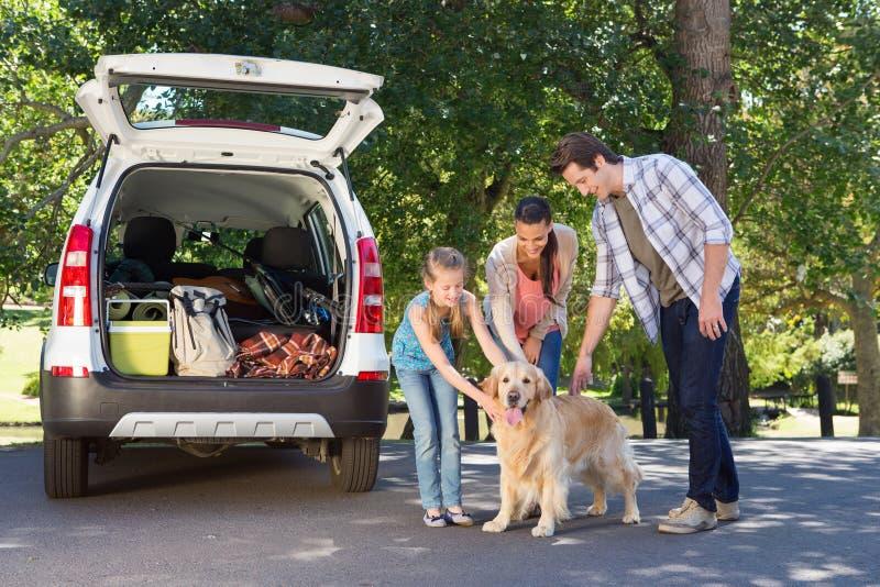 Οικογένεια που παίρνει έτοιμη να πάει στο οδικό ταξίδι στοκ εικόνες