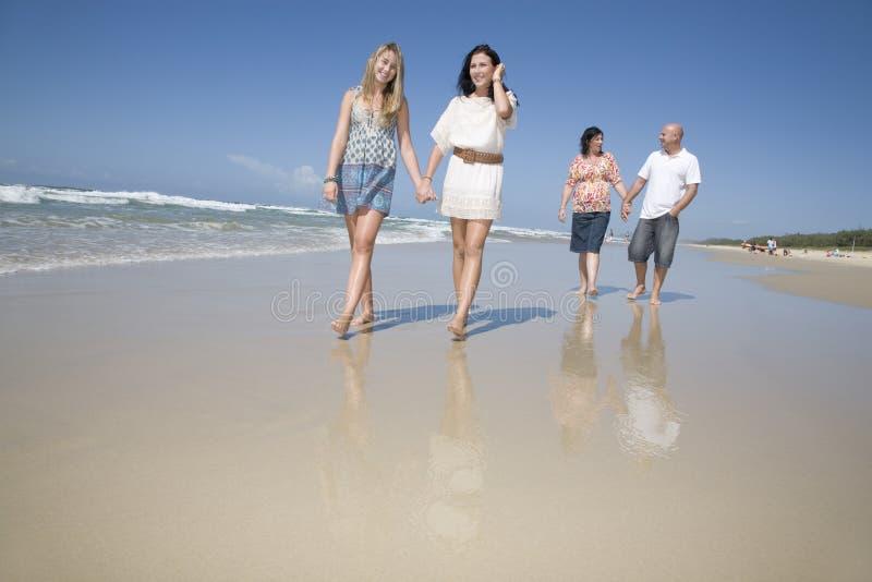Οικογένεια που περπατά σε ετοιμότητα εκμετάλλευσης παραλιών στοκ φωτογραφίες