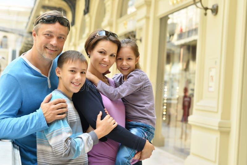 Download Οικογένεια που περπατά στην πόλη Στοκ Εικόνα - εικόνα από οικογένεια, αγάπη: 62724505