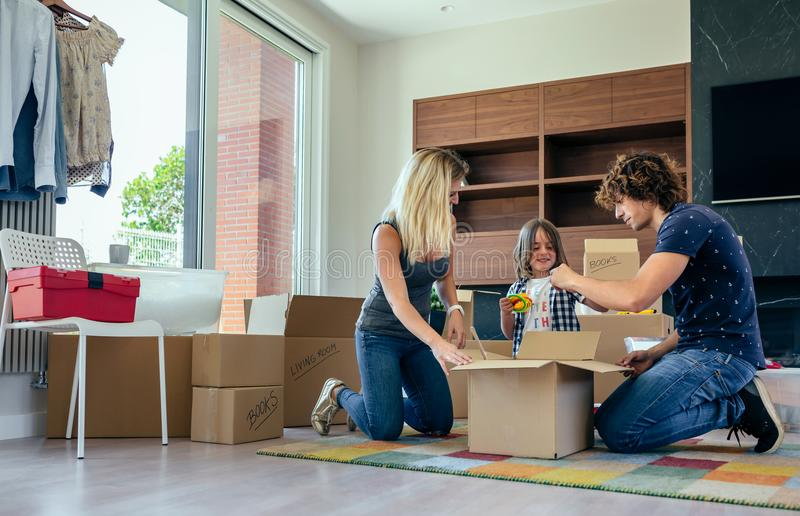 Οικογένεια που προετοιμάζει το κινούμενο κιβώτιο παιχνιδιών στοκ φωτογραφία