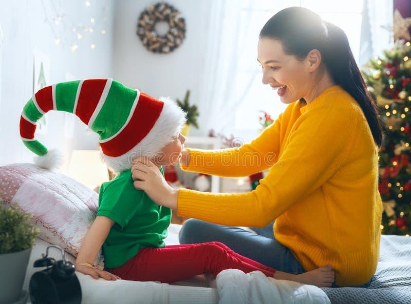 Οικογένεια που προετοιμάζεται για τα Χριστούγεννα στοκ εικόνες