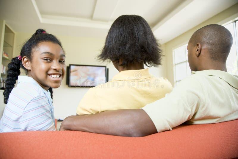 Οικογένεια που προσέχει τη TV στοκ φωτογραφία με δικαίωμα ελεύθερης χρήσης