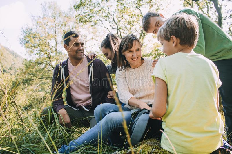 Οικογένεια που σταματά για το μεσημεριανό γεύμα πεζοπορία στοκ εικόνα με δικαίωμα ελεύθερης χρήσης