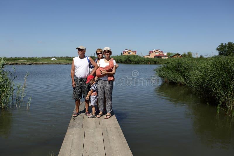 Οικογένεια που στηρίζεται στην ξύλινη γέφυρα στοκ φωτογραφίες με δικαίωμα ελεύθερης χρήσης