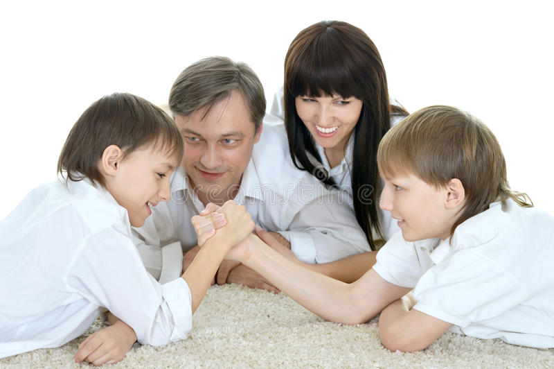Οικογένεια που στηρίζεται στο σπίτι στοκ εικόνα με δικαίωμα ελεύθερης χρήσης