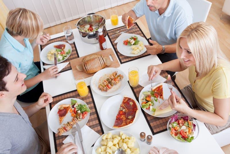 Οικογένεια που τρώει ένα μεσημεριανό γεύμα στο σπίτι στοκ φωτογραφία