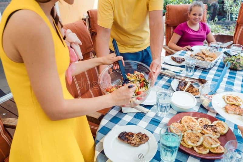 Οικογένεια που τρώει κατά τη διάρκεια του κόμματος κήπων στοκ φωτογραφίες με δικαίωμα ελεύθερης χρήσης