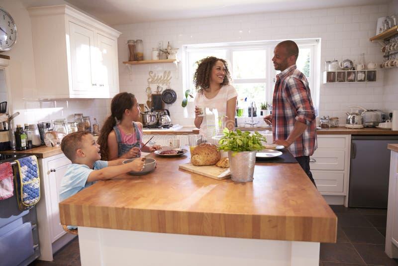 Οικογένεια που τρώει στο σπίτι το πρόγευμα στην κουζίνα από κοινού στοκ εικόνες με δικαίωμα ελεύθερης χρήσης