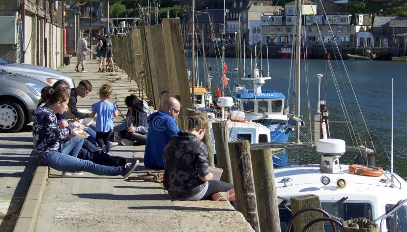 Οικογένεια που τρώει στο harbourside στοκ εικόνα