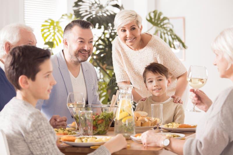 Οικογένεια που τρώει το γεύμα από κοινού στοκ εικόνα με δικαίωμα ελεύθερης χρήσης