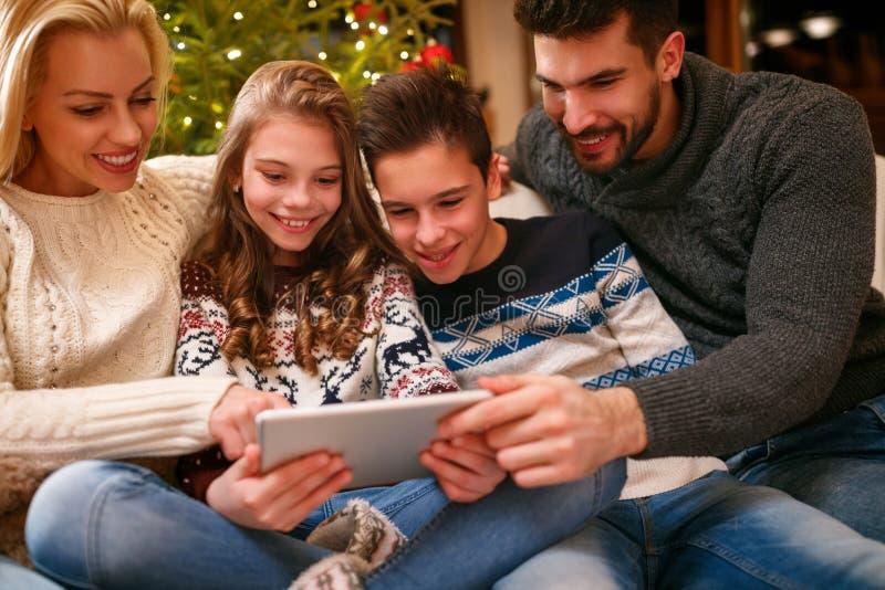 Οικογένεια που φαίνεται φωτογραφίες στην ταμπλέτα στοκ εικόνες με δικαίωμα ελεύθερης χρήσης
