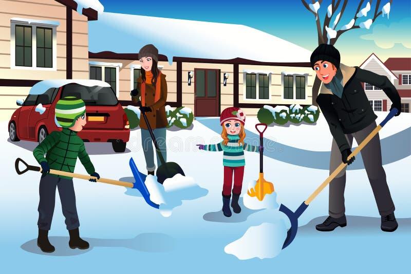 Οικογένεια που φτυαρίζει το χιόνι μπροστά από το σπίτι τους ελεύθερη απεικόνιση δικαιώματος