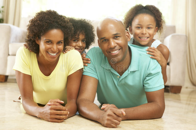 Οικογένεια που χαλαρώνει στο σπίτι από κοινού στοκ φωτογραφίες με δικαίωμα ελεύθερης χρήσης