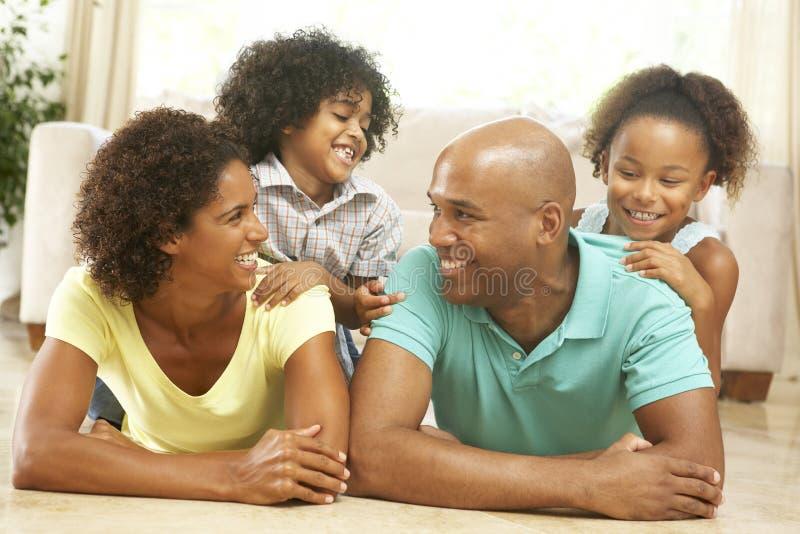 Οικογένεια που χαλαρώνει στο σπίτι από κοινού στοκ εικόνες με δικαίωμα ελεύθερης χρήσης