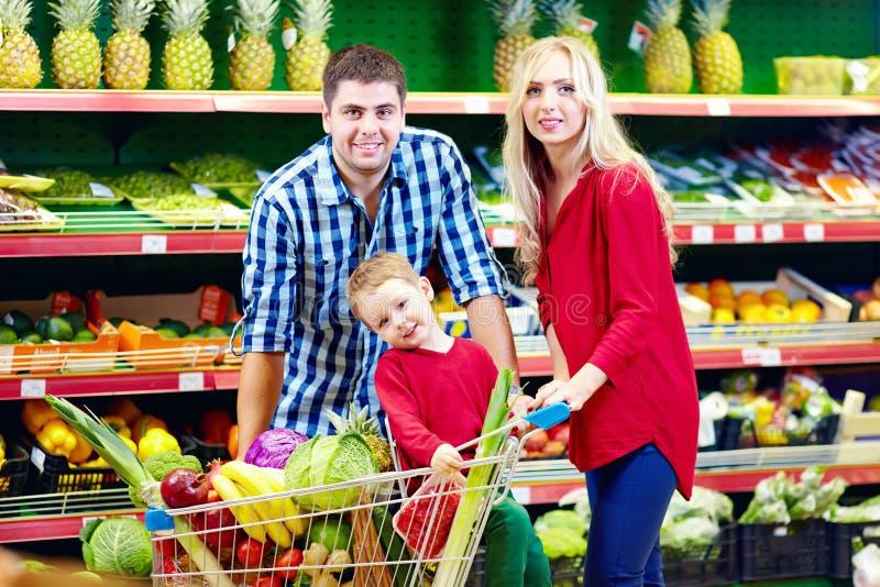 Οικογένεια που ψωνίζει στην αγορά παντοπωλείων στοκ φωτογραφία με δικαίωμα ελεύθερης χρήσης