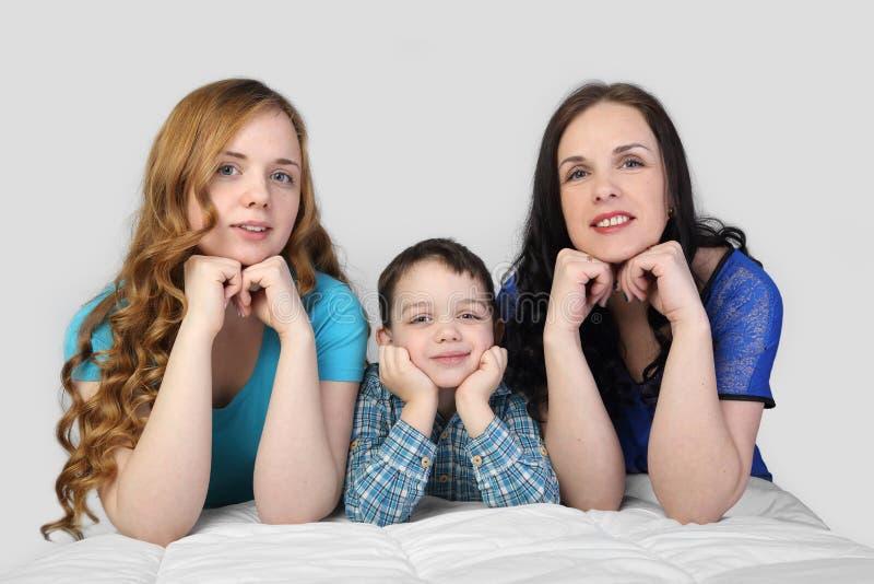 Οικογένεια σε γκρίζο στοκ εικόνες