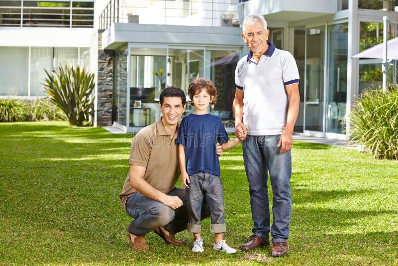 Οικογένεια σε τρεις γενεές σε έναν κήπο στοκ φωτογραφία