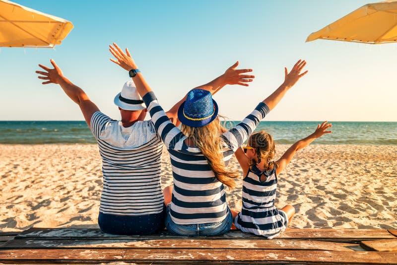 Οικογένεια στα ριγωτά ενδύματα στην παραλία στοκ φωτογραφίες με δικαίωμα ελεύθερης χρήσης