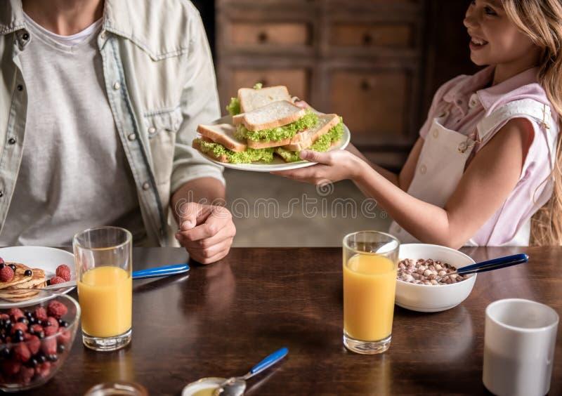 Οικογένεια στην κουζίνα στοκ εικόνες με δικαίωμα ελεύθερης χρήσης
