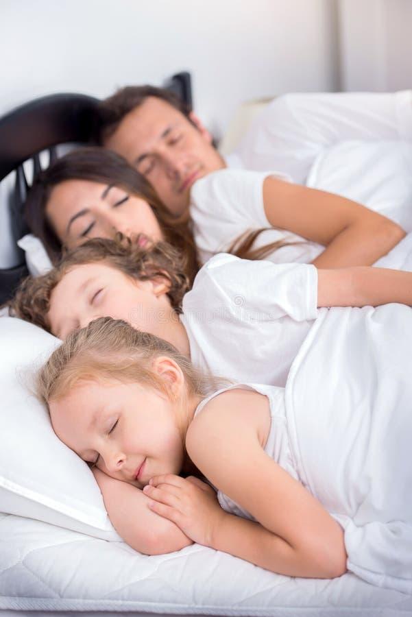 Οικογένεια στην κρεβατοκάμαρα στοκ εικόνες
