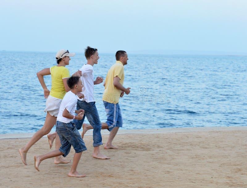 Οικογένεια στην παραλία το καλοκαίρι στοκ εικόνες