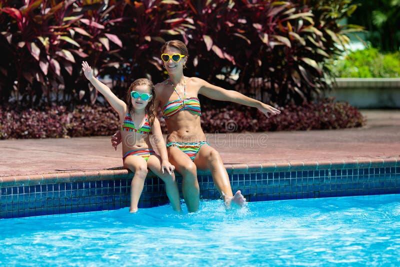 Οικογένεια στην πισίνα Η μητέρα και το παιδί κολυμπούν στοκ φωτογραφία