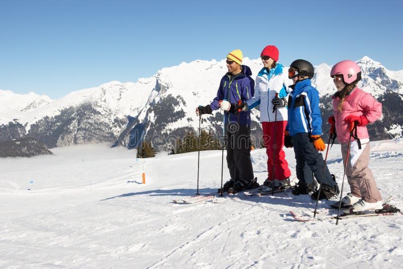 Οικογένεια στις διακοπές σκι στα βουνά στοκ εικόνες