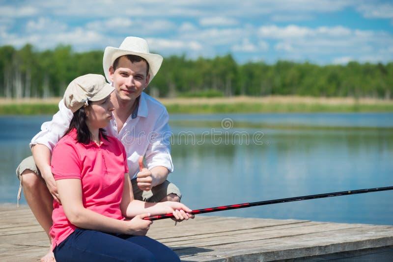Οικογένεια στις διακοπές που αλιεύει από κοινού στοκ εικόνες