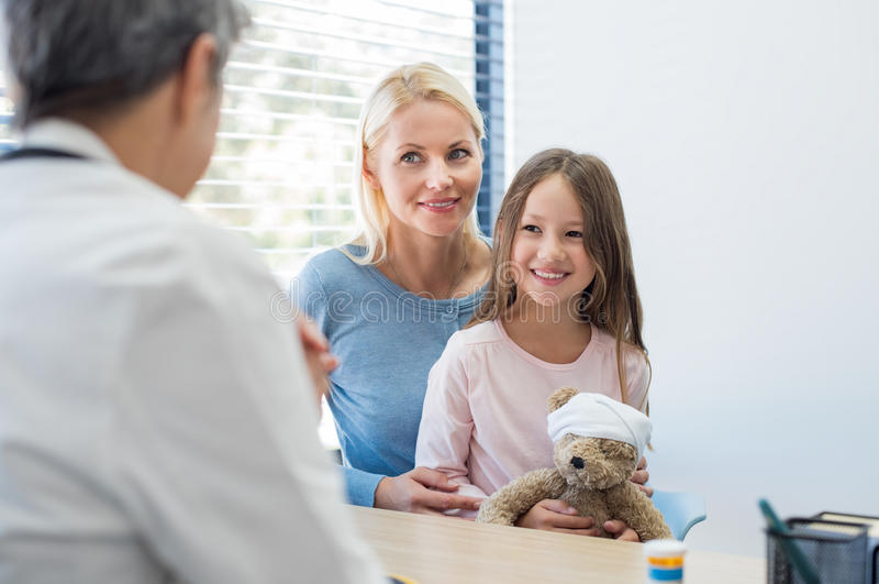 Οικογένεια στον παιδίατρο στοκ εικόνα με δικαίωμα ελεύθερης χρήσης