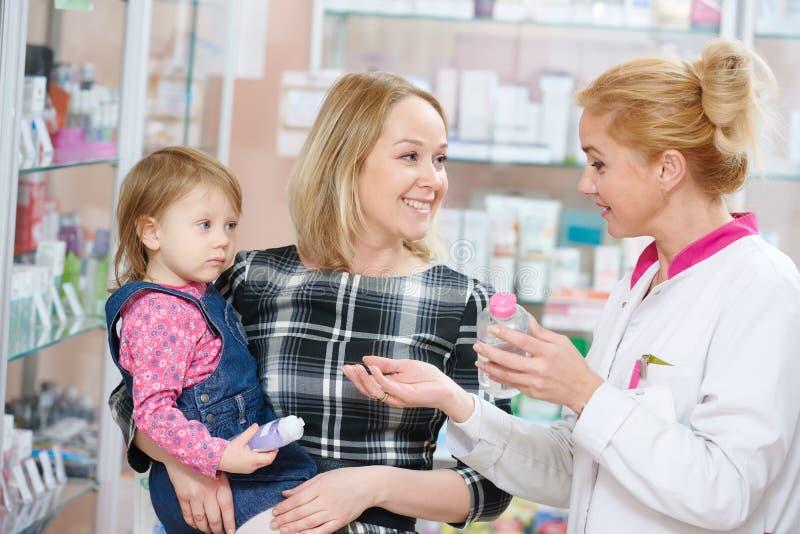 Οικογένεια στο φαρμακείο στοκ εικόνες με δικαίωμα ελεύθερης χρήσης