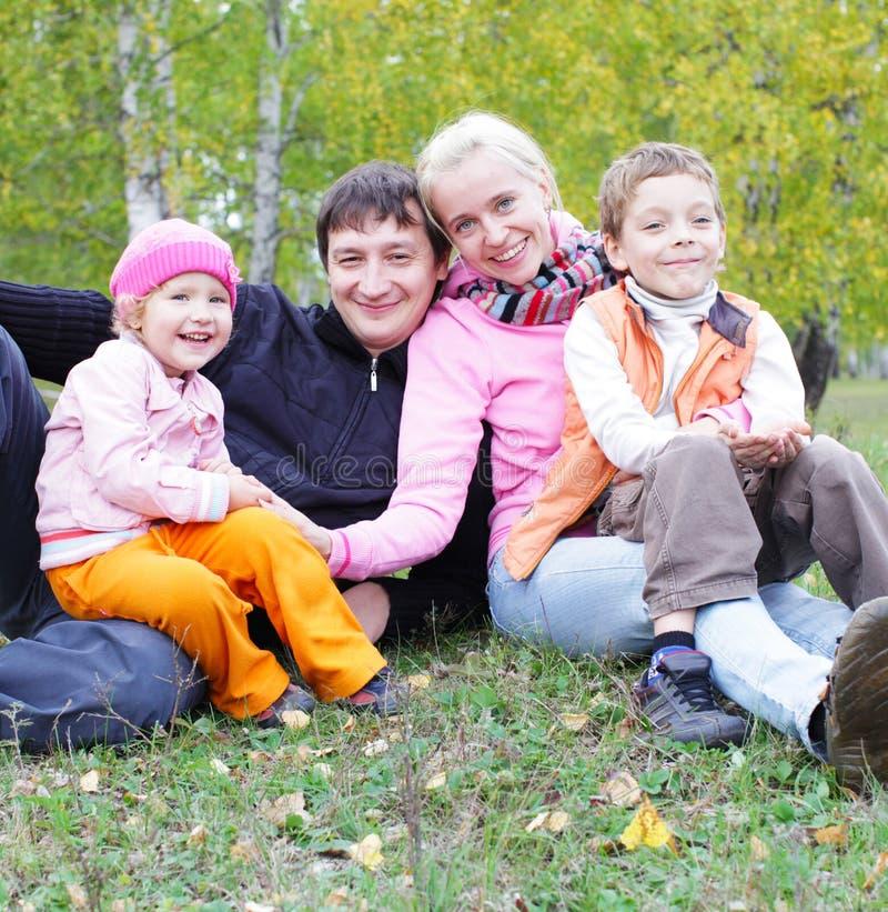 Οικογένεια στο φθινόπωρο στοκ φωτογραφία
