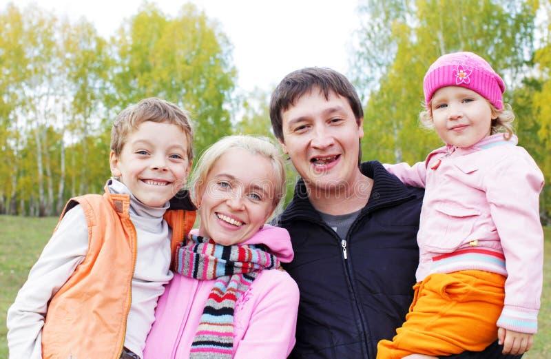 Οικογένεια στο φθινόπωρο στοκ εικόνα